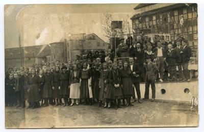 Nežinomas autorius. Klaipėdos muzikos mokyklos (konservatorijos)  mokiniai ir mokytojai Dangės prieplaukoje. 1927