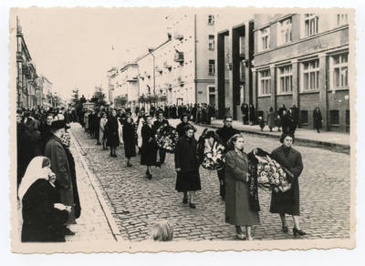 Nežinomas autorius. Kazio Trukano – pedagogo, visuomenės veikėjo laidotuvių eisena Klaipėdoje. 1957-09-21