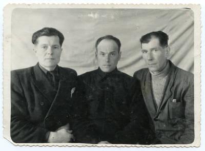 Nežinomas autorius. Petras Šarpnickas (viduryje) su draugais tremtyje. 1956