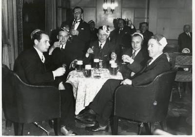 """Nežinomas autorius. """"Vakarų"""" laikraščio žurnalistai šventiniame pobūvyje. 1936"""