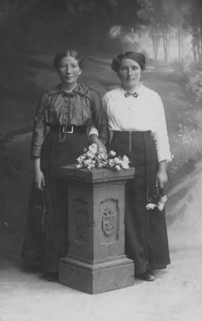 Carl Anders. Klaipėdos apskrities Lankupių kaimo ūkininko Mertinaičio dukterys. 1920