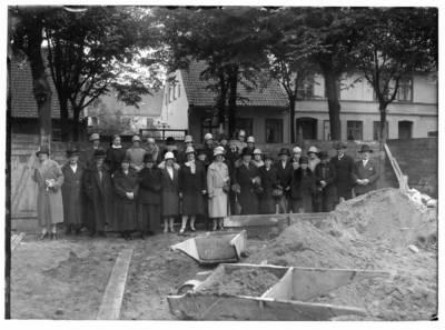 Nežinomas autorius. Klaipėdos moterų labdaros draugijos narės pastato statybos pašventinimo ceremonijoje. 1930