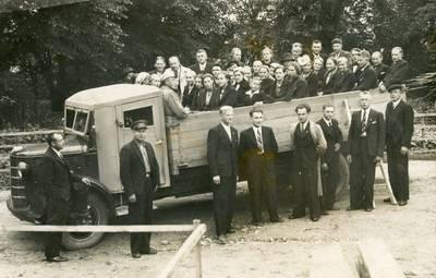 Nežinomas autorius. Naujokų išleistuvės į karinę tarnybą Mosėdyje. 1936
