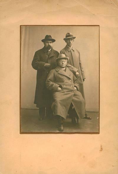 Nuotrauka. M. Yčas, J. Tumas-Vaižgantas ir J. Savickis. 1918