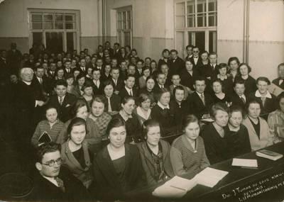 Ekonominės karių bendrovės fotoateljė. Nuotrauka. Juozas Tumas-Vaižgantas tarp Lietuvos universiteto studentų. 1927