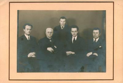 """Fotoateljė """"Zinaida"""". Nuotrauka. Juozas Tumas-Vaižgantas tarp rašytojų. 1925"""