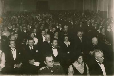 Šimonas Bajeras. Nuotrauka. Juozas Tumas-Vaižgantas ir kiti minėjimo žiūrovai. 1930