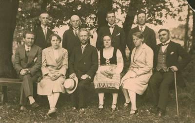 """E. Kaufmanas. Nuotrauka. Vydūnas, I. Simonaitytė tarp """"vaidintojų iškyloje. 1930"""