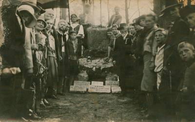 Nežinomas fotografas. Nuotrauka. Iškilmių dalyviai prie paminklo Lietuvos šauliams. 1933