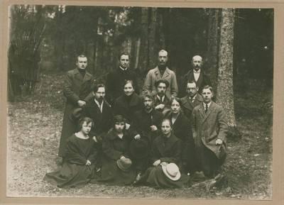 Nežinomas fotografas. Nuotrauka. Vydūnas tarp Rokiškio gimnazijos mokytojų iškyloje. 1922