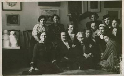 Nežinomas fotografas. Nuotrauka. Vydūnas tarp Pirmosios Lietuvos moterų dailininkių parodos dalyvių. 1937