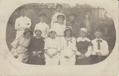 """Nežinomas autorius. Nuotrauka. Vilkaviškio """"Žiburio"""" gimnazijos moksleiviai. 1920"""
