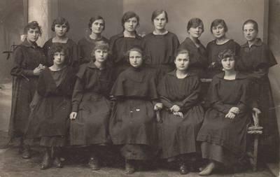 """Nežinomas autorius. Nuotrauka. Vilkaviškio """"Žiburio"""" gimnazijos vyresniųjų mergaičių ateitininkių """"A"""" kuopelės narės. 1924-06-15"""