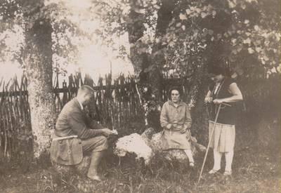 Nežinomas autorius. Nuotrauka. Balys Sruoga su žmona Vanda Daugirdaite-Sruogiene ir žmonos pamote Klementina Daugirdiene. 1936
