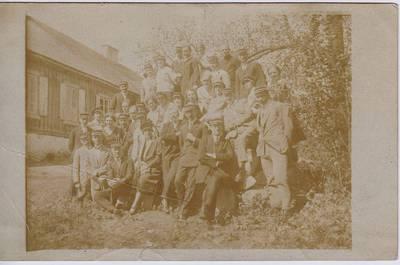 """Nežinomas fotografas. Nuotrauka. Studentų ateitininkų """"Šatrijos"""" meno draugijos nariai Beripolio dvare. 1927-05"""