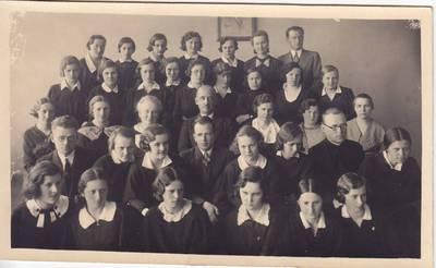 Nuotrauka. Salomėja Nėris su Panevėžio valstybinės mergaičių gimnazijos mokytojais ir mokiniais. 1935