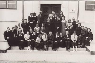 Nežinomas fotografas. Nuotrauka. Panevėžio valstybinės mergaičių gimnazijos abiturientės su mokytojais paskutinę mokslo metų dieną. 1936-05-09
