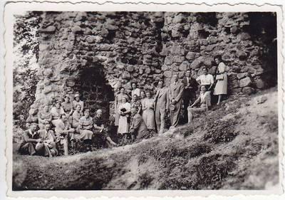 Nežinomas fotografas. Nuotrauka. Salomėja Nėris prie pilies. 1939