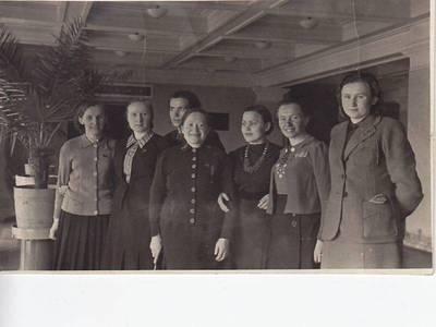 Nežinomas fotografas. Nuotrauka. S. Nėris su TSRS Aukščiausiosios Tarybos deputatėmis. 1941-02-28