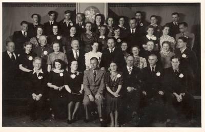 Karlas Baulas. Nuotrauka. Vanda Daugirdaitė-Sruogienė su Kauno 3-osios valstybinės gimnazijos mokytojais ir mokiniais. 1936