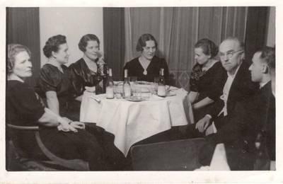 Nežinomas autorius. Nuotrauka. Vanda Daugirdaitė-Sruogienė su draugais. 1935
