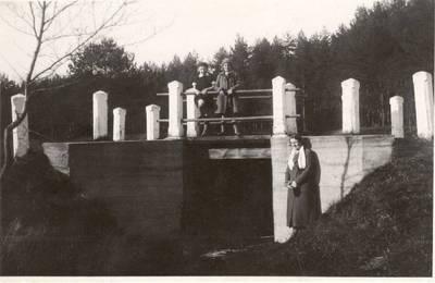 Nežinomas autorius. Nuotrauka. Vanda Daugirdaitė-Sruogienė su dukra Dalia ir jos drauge. 1931