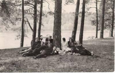 Nežinomas autorius. Nuotrauka. Vanda Daugirdaitė-Sruogienė su Kauno 3-osios valstybinės gimnazijos mokiniais. 1932