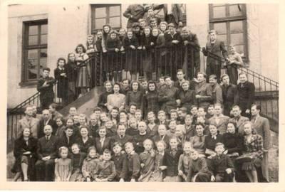 Nežinomas autorius. Nuotrauka. Vanda Daugirdaitė-Sruogienė su Detmoldo lituanistinės mokyklos mokytojais ir mokiniais. 1946