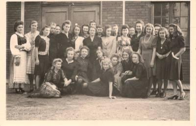 Nežinomas autorius. Nuotrauka. Vanda Daugirdaitė-Sruogienė su Detmoldo lituanistinės mokyklos mokiniais. 1946