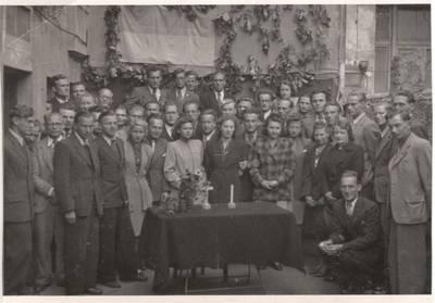 Nežinomas autorius. Nuotrauka. Vanda Daugirdaitė-Sruogienė ir Dalia Sruogaitė su lietuviais Bonos universiteto studentais. 1948