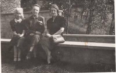 Nežinomas autorius. Nuotrauka. Vanda Daugirdaitė-Sruogienė su bičiulėmis. 1947