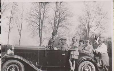 Nežinomas autorius. Nuotrauka. Balys Sruoga, Kazimieras Daugirdas, Dalia Sruogaitė ir kiti prie automobilio. 1930