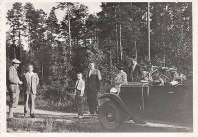 Nežinomas autorius. Nuotrauka. Balys Sruoga ir Dalia Sruogaitė su šeimos bičiuliais. 1932
