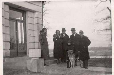 Nežinomas autorius. Nuotrauka. Balys Sruoga su dukra Dalia Sruogaitė ir bičiuliais. 1933