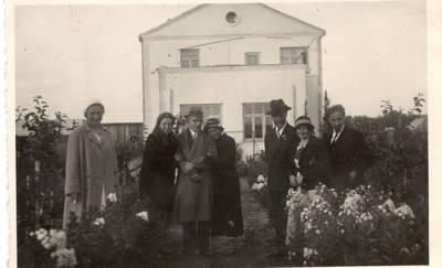 Nežinomas autorius. Nuotrauka. Vanda Daugirdaitė-Sruogienė su bičiuliais. 1935