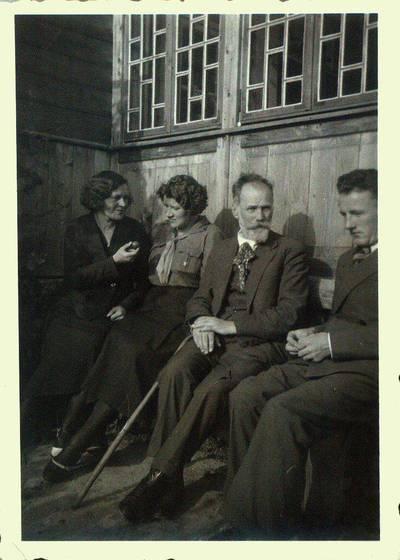 Fotografija. Giedraičiuose, prie Valeikų namo gonkų. 1934