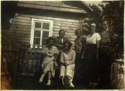 Fotografija. Malvina Valeikienė su draugais