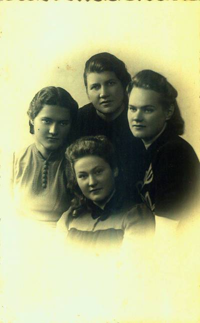 Fotografija. Malvina Valeikienė su trimis dukterimis. 1940