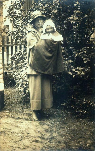 Fotografija. Jadvyga Opulskienė su 8 mėn. krikšto dukra Milda Valeikaite. 1924