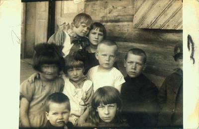 Fotografija. Valeikų dukros su draugais. 1928