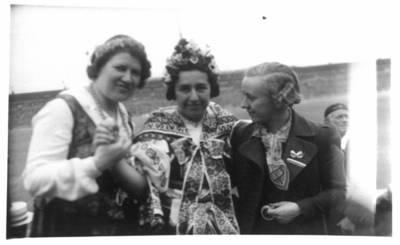 Fotografija. Malvina Valeikienė su dviem moterimis