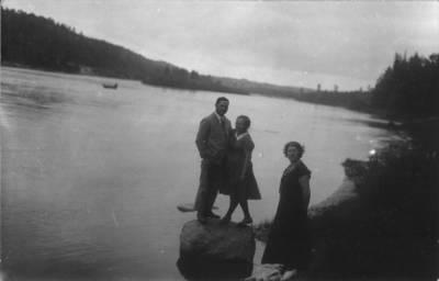 Fotografija.  Malvina Valeikienė su dviem jaunais žmonėmis. 1934