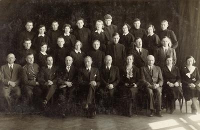 Biržų gimnazijos abiturientai ir pedagogai. Grupinė nuotrauka / Petras Zablockas ... [et al.]. - 1935.05.02