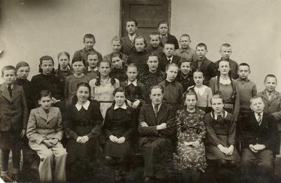 """Biržų """"Aušros"""" pradžios mokyklos VI skyriaus moksleiviai su mokytoju Petru Zablocku / Petras Zablockas ... [et al.]. - 1941.03.14"""