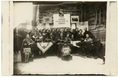 Singer kirpimo, siuvimo, siuvinėjimo-adymo kursų dalyvių grupė / Julija Žukauskaitė ... [et al.]. - 1929