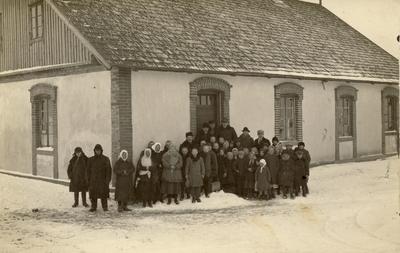Mokytojai, mokiniai ir kaimo žmonės prie Palaimos (Biržų r.) pradinės mokyklos po jos pašventinimo / Motiejus Lukšys ... [et al.]. - 1928