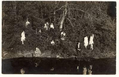 """Julija Žukauskaitė su Sedos mokytojais prie Varduvos upės / M. Urdango fotografija """"Progres"""". - 1929"""