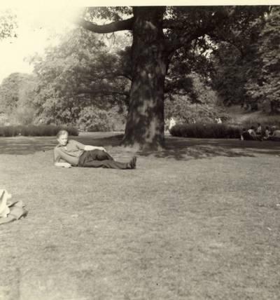 Rašytojas Kazimieras Barėnas Kew Gardens parke Londone / Kazimieras Barėnas. - 1968.06.30