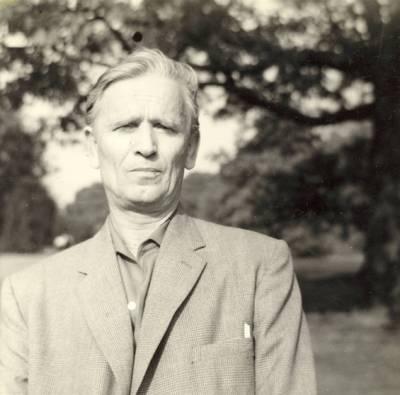 Rašytojas Kazimieras Barėnas Kew Gardens parke Londone / Kazimieras Barėnas. - apie 1970