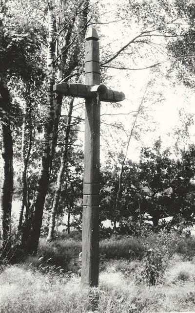 Alfonso Beresnevičiaus sakralinio meno fotografijos kolekcija. Ikonografija. Kryžiai. [Medinis kryžius prie kelio Staneliai-Kantaučiai / fotografuota Alfonso Beresnevičiaus, 1992 m. vasarą]. - 1992